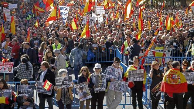 """Un momento de la concentración convocada por la plataforma Voces contra el terrorismo en Madrid, en la que se ha pedido el fin de ETA con """"vencedores y vencidos""""."""