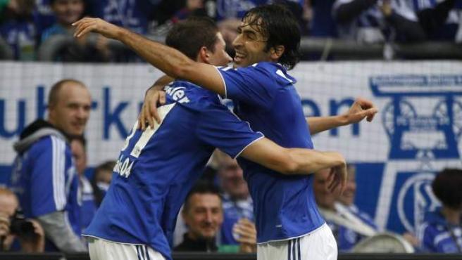 Raúl González, delantero del Schalke 04, celebra su gol ante el Hoffenheim junto a Julian Draxler.