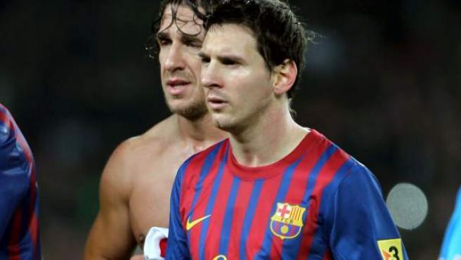Leo Messi, delantero del Barcelona, con el balón del partido tras marcar tres goles al Mallorca.