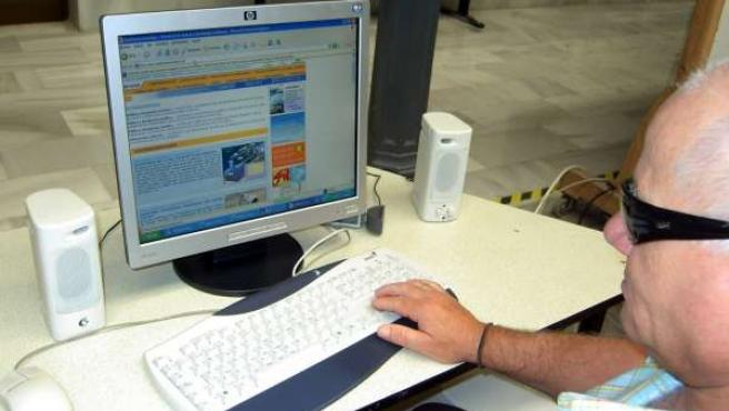 Persona Con Discapacidad Haciendo Uso De Internet