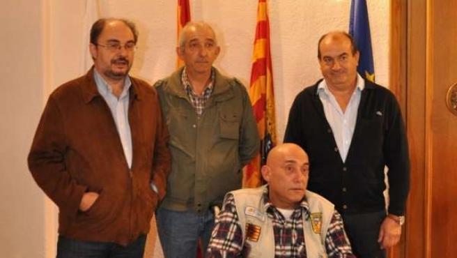 El Alcalde De Ejea Y Miembros Del Club De Pesca Tras Firmar El Convenio