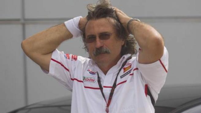 Paolo Simoncelli, el padre de Marco, desolado tras el accidente que le costó la vida a su hijo.