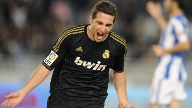 Gonzalo Higuaín, delantero del Real Madrid, celebra su gol en el partido ante la Real Sociedad.