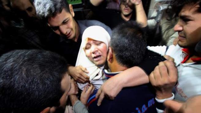 La madre de un militante miembro del movimiento radical de la Yihad Islámica, llora en el hospital al Shifa al oeste de la ciudad de Gaza, después de que un ataque mortal de la aviación israelí al este de la ciudad de Rafah, en el sur de la franja de Gaza.