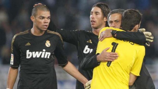 """José Mourinho (2d), abraza al portero Iker Casillas en presencia de los defensas Sergio Ramos (2i) y el portugués Képler Lima """"Pepe"""" (i)."""