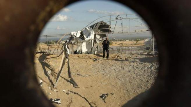 Un palestino inspecciona la base de entrenamiento dañada por un bombardeo aéreo israelí en Khan Younis, al sur de la franja de Gaza.