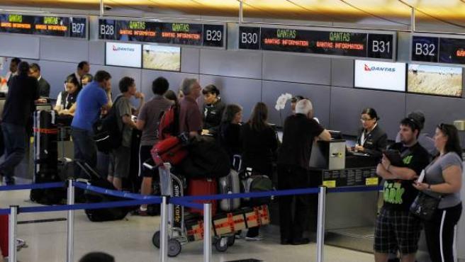Pasajeros afectados por la suspensión de los vuelos de Qantas, en los mostradores de la aerolínea en el aeropuerto de Los Ángeles.