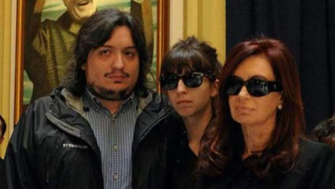Máximo Kirchner (i), junto a su hermana Florencia (c) y su madre, la presidenta de Argentina, Cristina Fernández (d), en el velatorio de su padre, el expresidente argentino Néstor Kirchner.