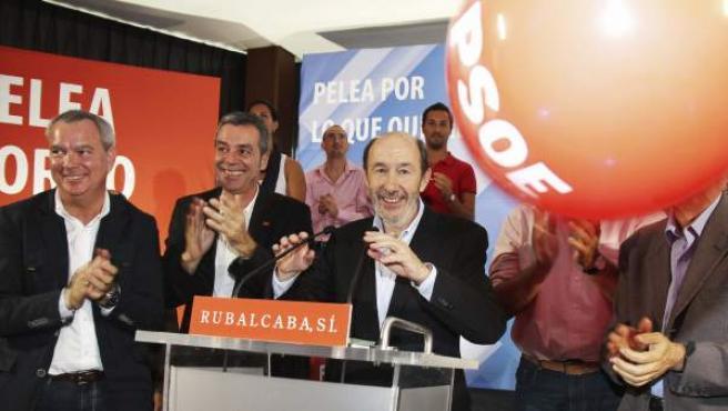 El candidato socialista a la presidencia del Gobierno, Alfredo Pérez Rubalcaba (c), acompañado por el candidato al Congreso de los Diputados por Las Palmas de Gran Canaria, Sebastián Franquis (i), y por el secretario general del PSOE en Lanzarote, Carlos Espino (2i), durante el mitin celebrado por el PSOE en Arrecife (Lanzarote).