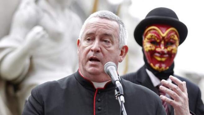 El deán de la catedral de San Pablo, el reverendo Graham Knowles (dcha.) se dirige a los manifestantes acampados en las imediaciones de la catedral en Londres (Reino Unido).