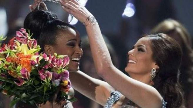 La actual Miss Universo, la angoleña Leila Lopes (i), en el momento de su coronación.