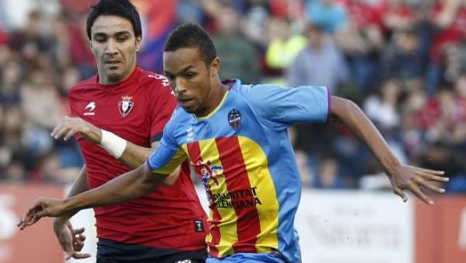 Valdo, centrocampista del Valencia, protege el balón ante Nekounam, de Osasuna.