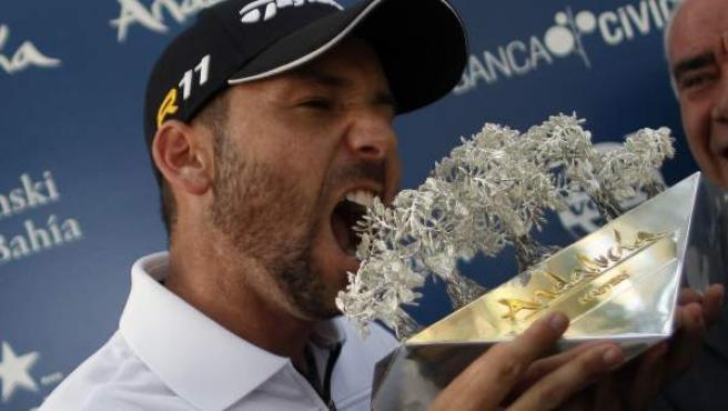Sergio García muerde el trofeo tras ganar el II Andalucía Valderrama Máster de Golf.
