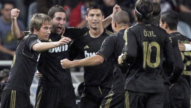 Los jugadores del Real Madrid celebran el gol de Gonzalo Higuaín a la Real Sociedad.