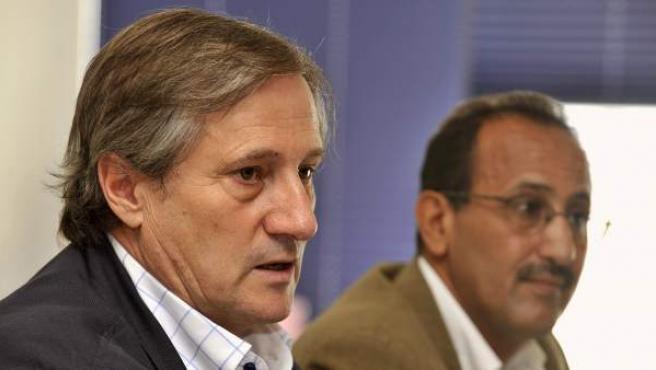 El eurodiputado de IU Willy Meyer (izda), junto al delegado del Frente Polisario en Canarias, Mohamed Salem.
