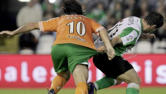 Beñat Etxebarría y Pedro Munitis pugnan por un balón durante el Racing - Betis.