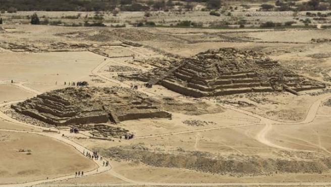 Panorámica de las pirámides de Caral, en medio del desierto, 200 kilómetros al norte de Lima (Perú).
