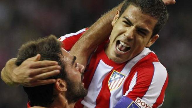 Álvaro Dominguez y Adrián López celebran uno de los goles del Atlético al Zaragoza.