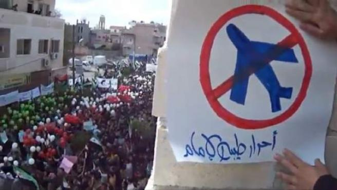 Imagen tomada de un vídeo publicada por Sham News Network en una red social que muestra una manifestación contra el régimen sirio en Hama, Siria.
