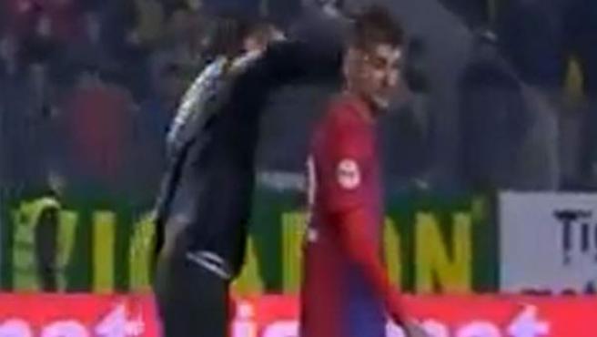 George Galamaz, jugador del Steaua de Bucarest, agredido por un hincha del Petrolul.