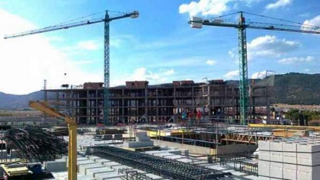 Grúas sobre un conjunto de edificios en construcción.