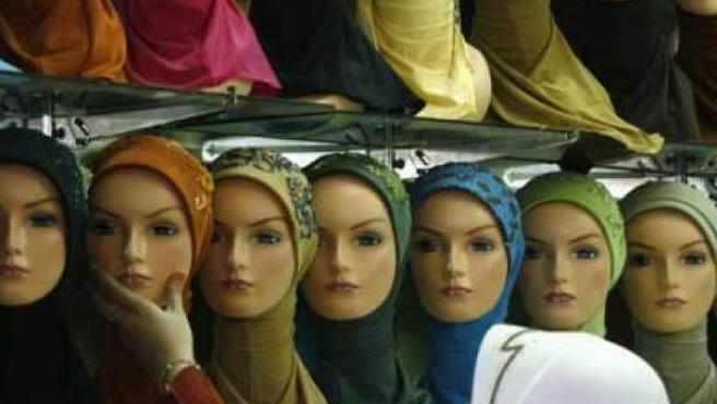 Una joven comprando un velo islámico.