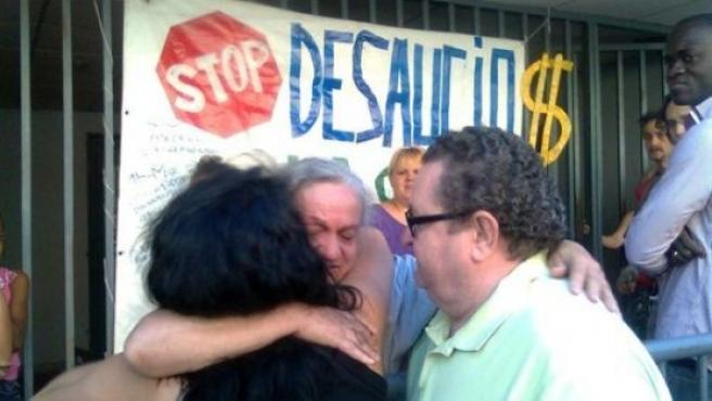 Un grupo de familiares se abrazan tras evitar un desahucio.