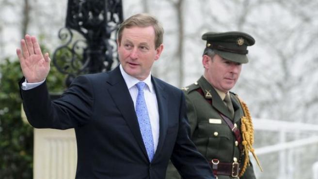 El nuevo primer ministro de Irlanda, Enda Kenny (izda), saluda tras recibir el permiso oficial para gobernar el país.