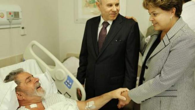 La presidenta de Brasil Dilma Rousseff (d) y el ministro de hacienda de Brasil, Guido Mantega (c), visitan al expresidente brasileño Luiz Inácio Lula da Silva (i) el lunes 31 de octubre de 2011, en el Hospital Sírio-Libanés en Sao Paulo, (Brasil).