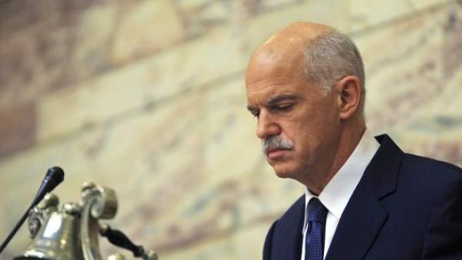 El primer ministro griego, Yorgos Papandreu, se dirige a los miembros del partido en el gobierno.