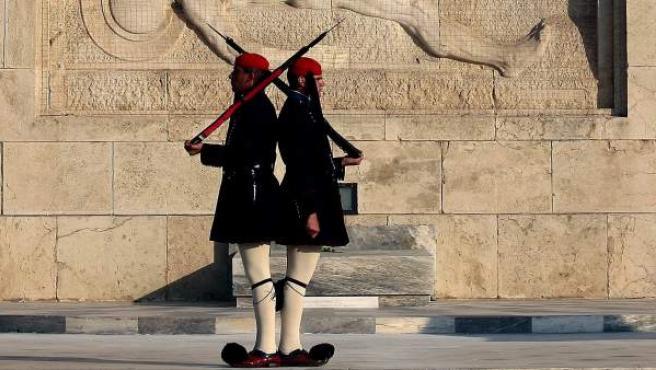 Dos miembros de la guardia presidencial griega siguen el ritual de guardia ante la tumba del soldado desconocido en Atenas, Grecia.