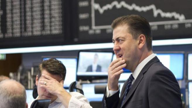 Un experto en Bolsa consulta la información de los mercados en el parqué de Fráncfort (Alemania).