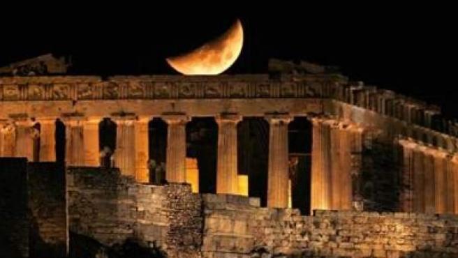 La luna sobre el Partenon, en Atenas.