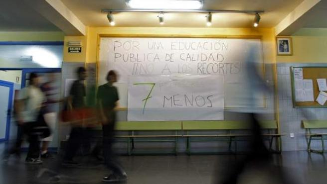 Varios alumnos en el instituto Salvador Dalí de Madrid durante la primera jornada de huelga convocada por los sindicatos.