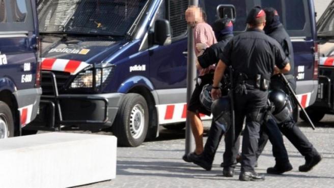 Una imagen de archivo de una detención de los antidisturbios de los Mossos.