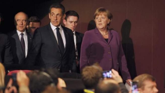 Nicolas Sarkozy y Angela Merkel, tras su reunión con el primer ministro griego, Yorgos Papandreu, en Cannes.
