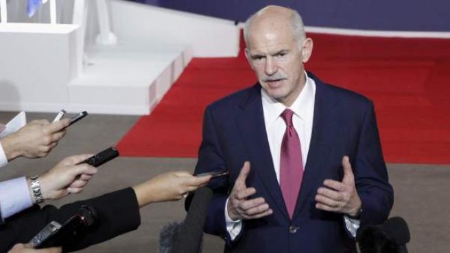 El primer ministro griego, Yorgos Papandreu, habla con la prensa al término de una reunión de emergencia en Cannes (Francia).