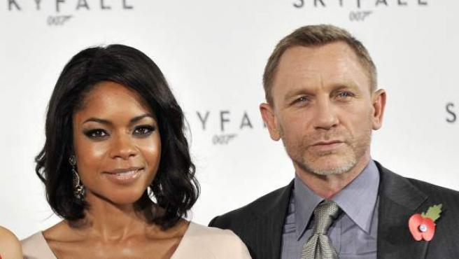 """De izquierda a Derecha, Javier Bardem, Berenice Marlohe, Naomie Harris y Daniel Craig posan durante el pase gráfico de """"Skyfall"""", la próxima película de James Bond, en Londres, Reino Unido."""