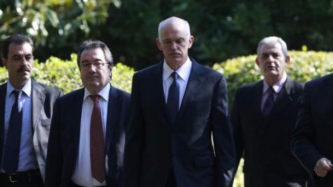 El primer ministro griego, Yorgos Papandreu (segundo por la derecha), a su llega al palacio presidencial en Atenas.