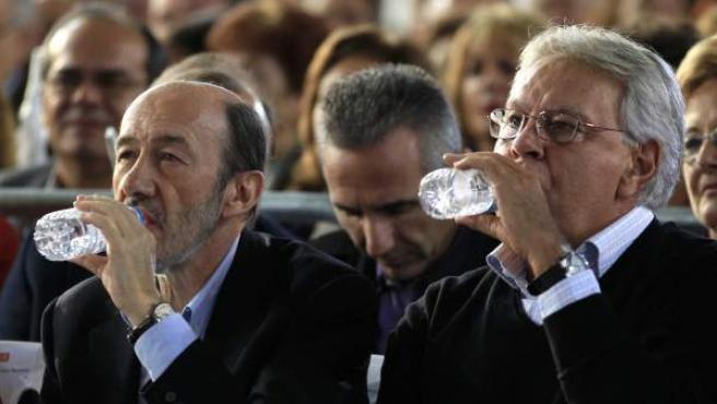 El candidato socialista a la presidencia del Gobierno, Alfredo Pérez Rubalcaba, junto al expresidente del Ejecutivo Felipe González, en el mitin de este 5 de noviembre en Dos Hermanas (Sevilla).