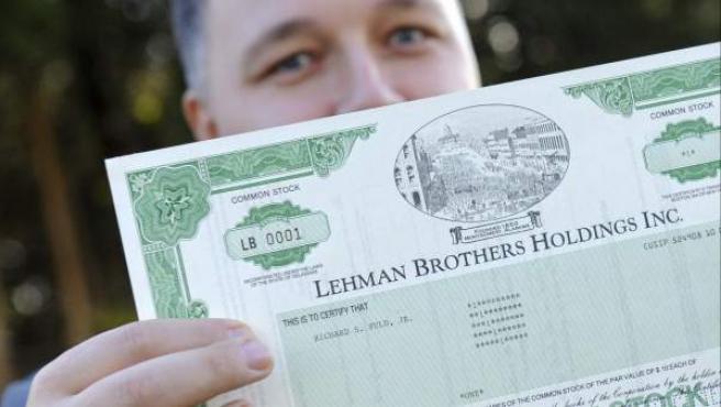 El agente de Bolsa Matthias Schmidt sostiene el primer certificado de una acción de Lehman Brothers, fechado en 1994.