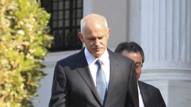 El primer ministro griego, el socialista Yorgos Papandreu, dirigiéndose al Palacio Presidencial para mantener una reunión con el presidente de Grecia, Carolos Papulias, en Atenas (Grecia).