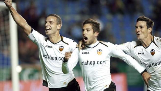 Jordi Alba, lateral del Valencia, celebra su gol ante el Levante con Roberto Soldado y