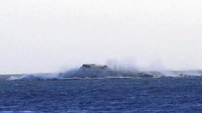 Imagen de una columna de vapor con ceniza en el mar, motivo por el cual la dirección del Plan de Protección Civil por Riesgo Volcánico (Pevolca) ha acordado desalojar por segunda vez a los vecinos de La Restinga.