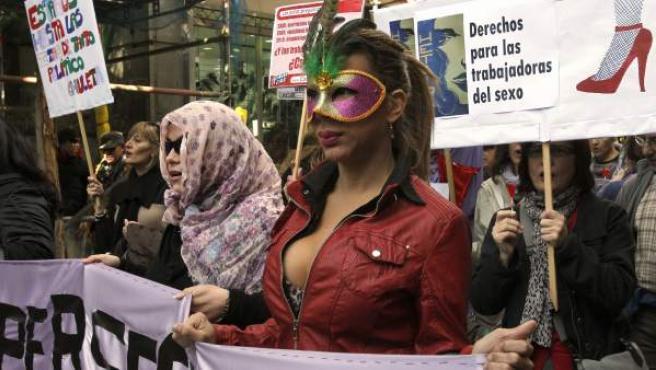 Las prostitutas de Madrid, convocadas por el colectivo Hetaira, se han manifestado este domingo, desde Gran Vía a la Puerta del Sol.