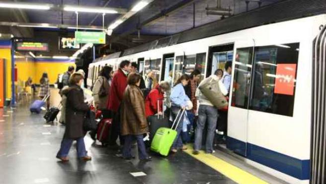 Un grupo de viajeros en el metro.