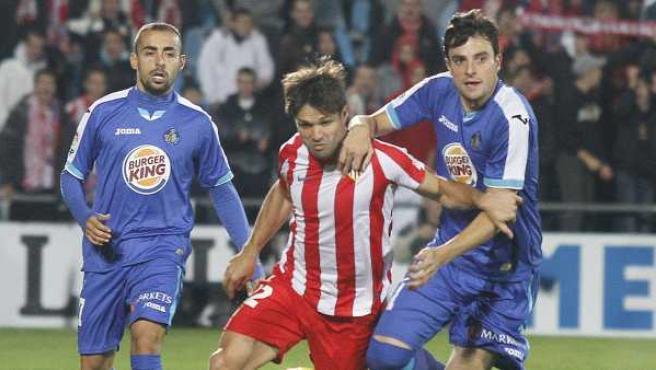 Mané y Diego pugnan por un balón en el partido entre Getafe y Atlético de Madrid.
