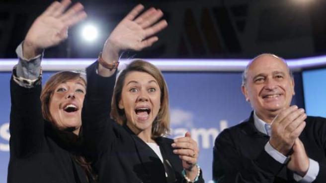 La secretaria general del PP, María Dolores de Cospedal, junto a la presidenta del PP de Cataluña, Alicia Sánchez-Camacho, y el cabeza de lista por Barcelona, Jorge Fernández, durante un mitin del domingo en Badalona.