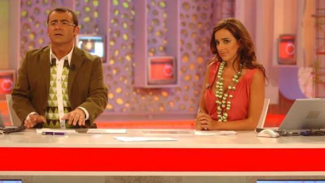 Carmen Alcayde y Jorge Javier Vázquez, los presentadores de 'Aquí hay tomate', en una foto de 2006.