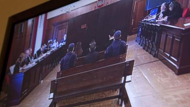 Fotografía tomada del monitor de televisión de la sala de prensa de la Audiencia de Sevilla.